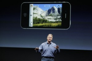 Phil Schiller mostrando o danado do iPhone 4S.